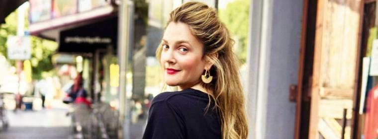 """Drew Barrymore lança uma marca de roupas chamada """"Dear Drew"""""""