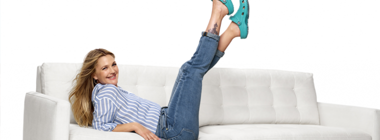 "Drew Barrymore em novo vídeo para a campanha ""Come As You Are"" da Crocs"